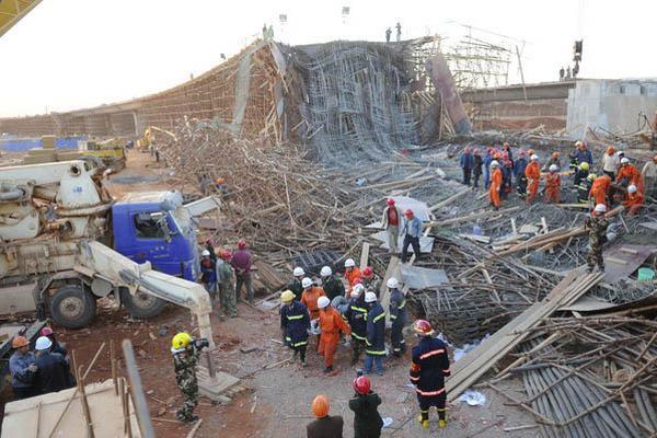 昆明新机场在建立交桥垮塌