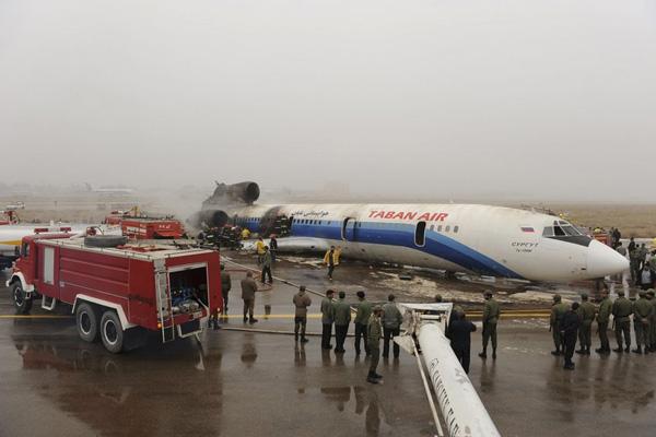 伊朗客机起火 多人受伤