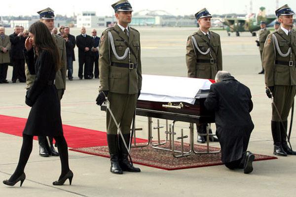 在俄罗斯斯摩棱斯克因飞机失事遇难的波兰总统莱赫
