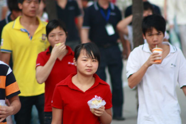 在深圳富士康龙华厂区北大门附近的福华宿舍,一名21岁安徽籍男工从
