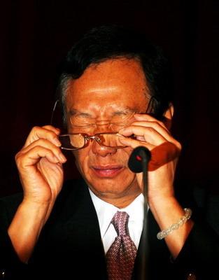 郭台铭旗下公司股东会遭民众抗议