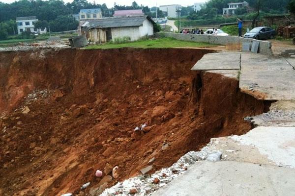 湖南宁乡出现直径80余米大坑