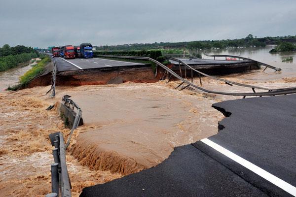 6月20日,江西遭遇暴雨袭击,沪昆高速被冲开大口子。 米米/CFP_南方多省遭暴雨袭击