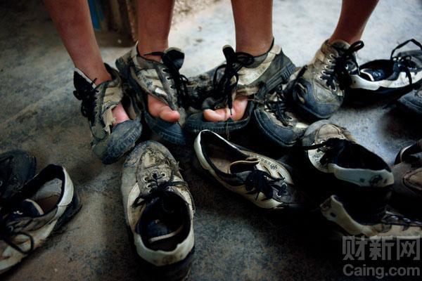 在海南阴雨泥泞的环境中,两个星期穿坏一双鞋并不新鲜_天涯女足