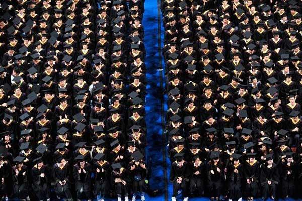 6月23日上午,华中科技大学2010年本科生毕业典礼暨学位授予仪式在光谷体育馆举行,来自34个院系的7780余名毕业生们身着庄严的学士服参加了本次毕业典礼。CFP_武汉7000余学生齐授学位 再创中国高校之最