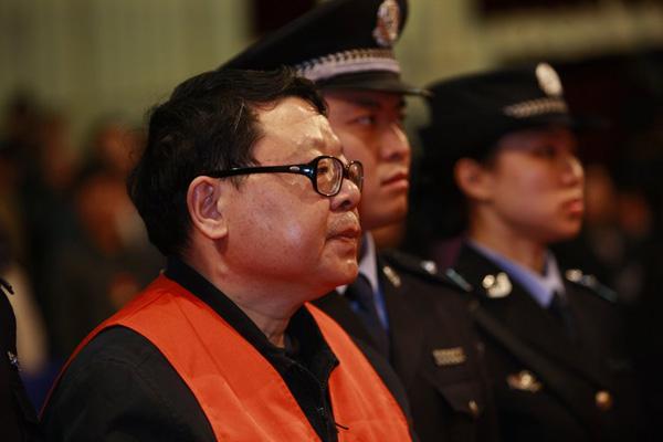 4月14日下午3时,重庆市第五中级人民法院对文强案进行一审公开宣判,文强被判处死刑。图为一审宣判现场的文强。 CFP _文强被执行死刑 市民挂条幅庆贺