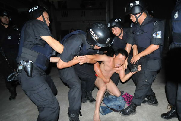 一号人物闭毓宁在被押到楼底时候挣扎,很不配合,期间民警给他穿衣服他一再拒绝。 东方IC _南宁出动380多警力掀打黑风暴