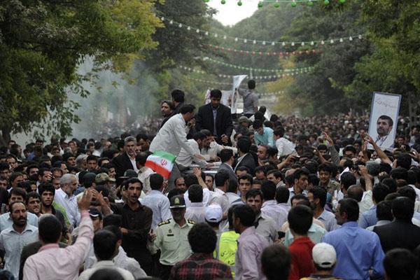 8月4日,内贾德车队附近浓烟升起。 人民图片/Fotomore.cn_伊朗总统车队遇袭 内贾德幸免于难
