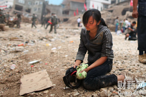日,在泥石流中失去亲人的灾民悲痛欲绝. 财新记者 牛光摄-财新记