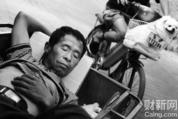 2009年7月1日,北京,在人行道边小憩。牛光/摄影 _生活在别处