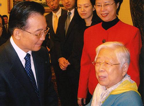 2005年11月18日,在纪念胡耀邦同志诞辰90周年座谈会上,温家宝总理亲切问候胡耀邦夫人李昭。