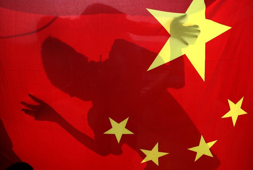 9月26日,青岛北区杨家群一家制作国旗的工厂.