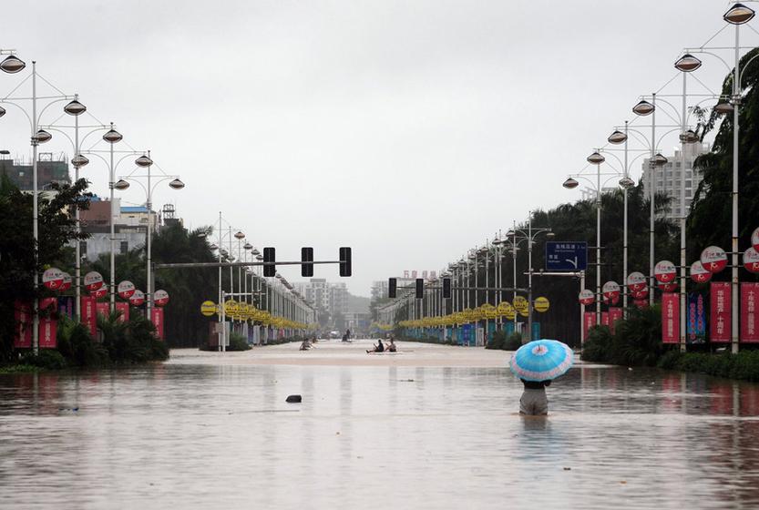 10月6日,海南琼海,与高速公路相连的银海大道成了大河道。 CFP  _暴雨致海南部分城市内涝
