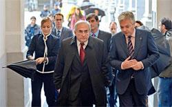 2010年9月30日,比利时副首相兼财政大臣雷恩代尔(前右)迎接斯特劳斯-卡恩出席欧盟非正式财长会议