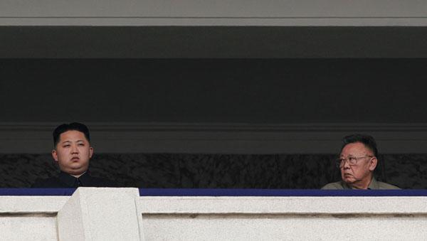 10月10日上午,朝鲜最高领导人金正日(右)和朝鲜劳动党中央军事委员会副委员长金正恩(左)在主席台观看阅兵式。Vincent Yu/人民图片 _朝鲜阅兵 新人亮相