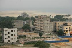 高处远眺北海银滩,靠近海滩的地方便是白虎头村
