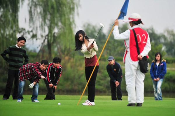 10月28日,湖北武汉,大学生们来到藏龙岛高尔夫俱乐部挥杆比赛,小球