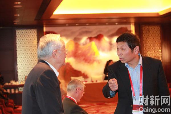 中国经济体制改革研究会会长宋晓梧(右)与经济学家、国务院发展研究中心资深研究员吴敬琏(左)在会议现场交流。 李漠 摄 _议题:世界工厂的未来——增长与转型
