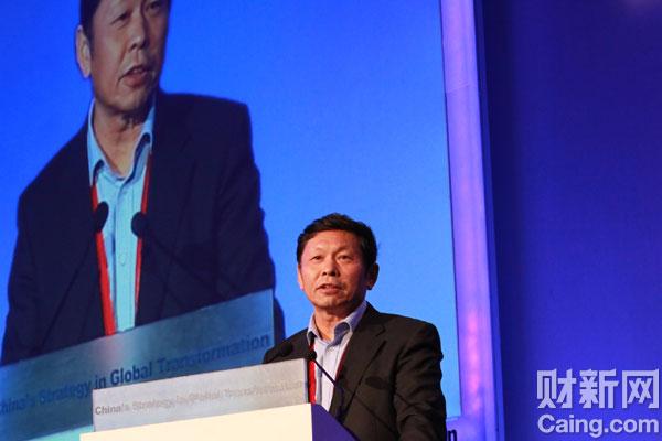 中国经济体制改革研究会会长宋晓梧在财新峰会上表示,改善中国现有的环境资源关系,放松对社会组织的管制,将极大推动中国经济由世界工厂向世界市场的转型。 李漠 摄 _议题:世界工厂的未来——增长与转型