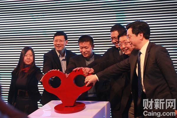 11月16日,新浪首席执行官兼总裁曹国伟(左三)与嘉宾在新浪微博启动仪式上。 财新记者李漠 摄 _新浪举办首届微博开发者大会