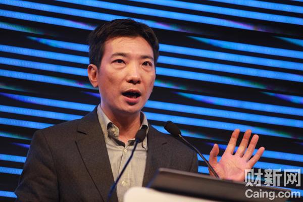11月16日,4399董事长蔡文胜在首届微博开发者大会上发表演讲。 财新记者李漠 摄 _新浪举办首届微博开发者大会