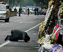 """11月17日,一位市民在上海""""11·15""""特大火灾事故现场,向遇难的老邻居磕头。"""