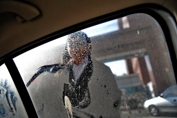 12月15日,在北京北太平庄派出所,张凯律师在查看车玻璃上的脚印,他报警称深夜遭袭。 CFP _一律师称遭十余人追袭 曾代理河大飙车案