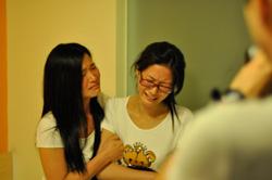 钟如翠(左)与钟如九姐妹在昌北机场登机时被四十多人强行拦下,二人悲痛难抑