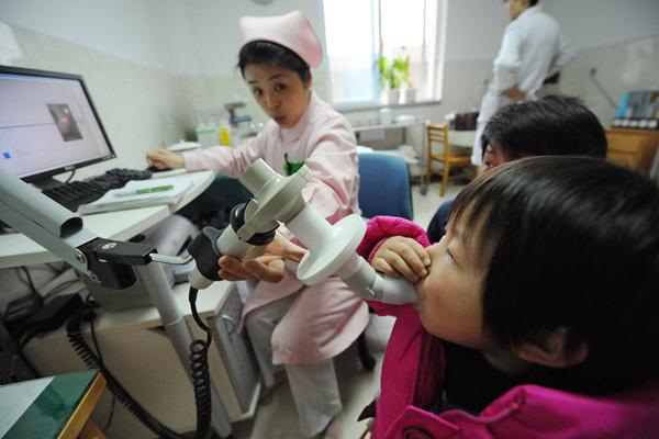 2011年1月5日上午,安徽省立儿童医院,23个来自新山社区的孩子正在住