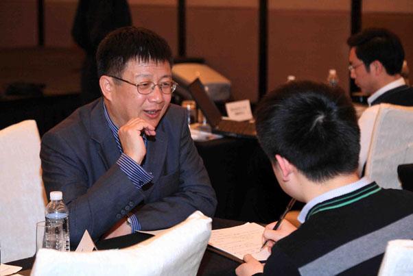 邓教授正与中国经营报记者亲切交谈中_上海讲座