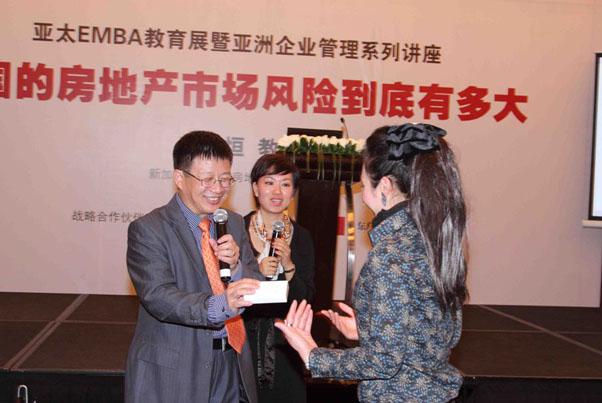 邓永恒教授在颁发奖品——一部iTouch_上海讲座