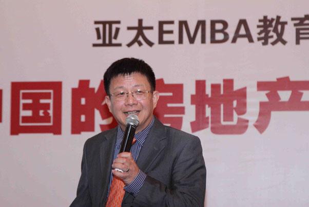 邓永恒教授正在分析中国房地产市场的未来走势_上海讲座