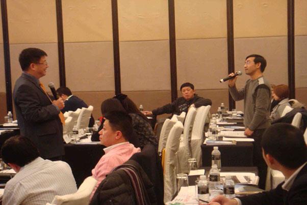 邓永恒教授正在倾听一位做投资的学生的问题_上海讲座