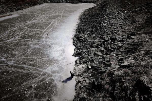 1月28日,北京市房山区南窖乡北安村水库里的水已很少,结了薄薄的冰。 CFP_水库水枯 村民饮水困难