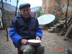 """广西阳朔县兴坪镇思的村,84岁老人李文骧怀疑自己的怪病与""""镉米""""有关。"""