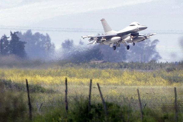3月21日,意大利西西里岛,丹麦F-16战斗机在北约空军基地着陆。西方国家当天晚上对利比亚进行了第三轮空中打击。 CFP _利比亚首都遭第三轮空袭