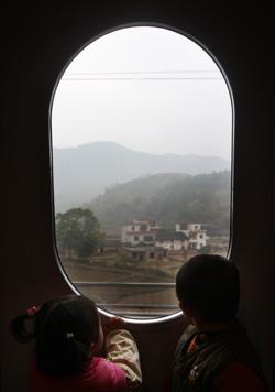 2009年12月26日上午9时,武广高速铁路客运专线列车从新广州北站火车站开出。