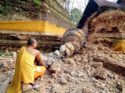 3月25日,泰国北部清莱府,一名僧人注视着一座因地震而倒塌的佛塔。STR/东方IC