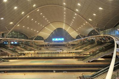 2009年12月24日,宽敞大气的武汉火车站启用。周超/CFP