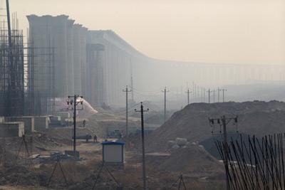 为了速度,中国高铁建设目前5 0 %             以上采用高架桥。图为2011年3月13日,北京建设中的高铁高架桥。
