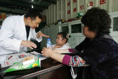 """3月5日,国务院总理温家宝在作政府工作报告时首次提出,鼓励医生""""在基层开设诊所""""。任全军/东方IC"""