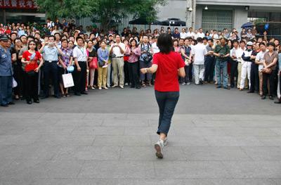 家长们的麻烦,源于中国政府加强对高考移民的管制,而强化了按户籍地报考的原则。周民/CFP