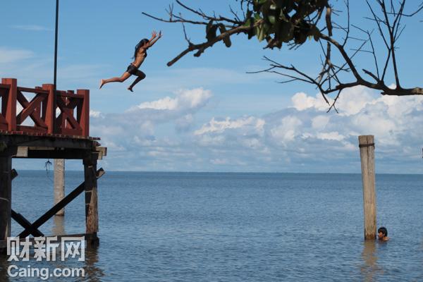 偷得浮生半日闲。亚马孙深处的小城Santarem的码头是许多丛林旅者的起点。 财新记者 李昕 摄  _巴西之旅
