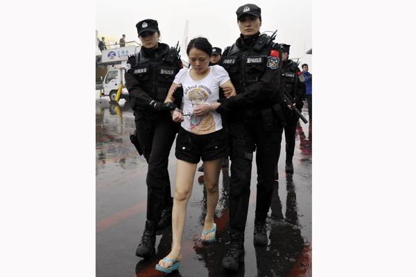 4月1日,重庆涉黑团伙女老大王婉宁在菲律宾被抓后被引渡回国。 CFP _重庆女黑老大被押回国 曾组织2000妇女卖淫
