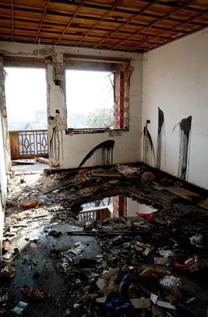 2010年5月26日,刘华的家被强拆。门窗尽毁,白色的墙壁被刷上了黑色的机油,房屋地板被砸开一个直径2米的大洞。邹铮 摄