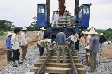 """在""""金砖四国""""投资非洲中,中国的表现尤其引人瞩目。图为工人在中国公司承建的安哥拉铁路上劳作。Per-Anders Pettersson/Getty Images/CFP"""