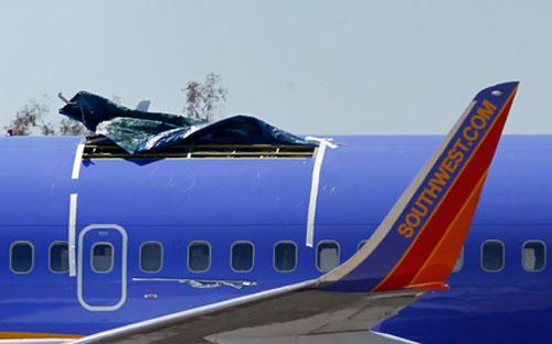 """开了""""天窗""""的波音737-300型客机。Ross D. Franklin/人民图片"""