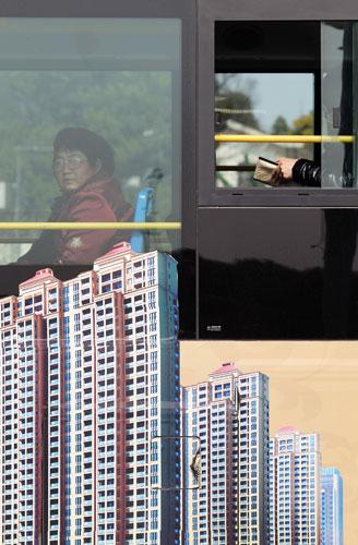 2 0 1 0年中国35个重点监测城市居住用地地价占房价总水平的3 1 . 6 4 %,而厦门、长春、宁波、福州的地价已占房价总水平的50%以上。许丛军/东方IC