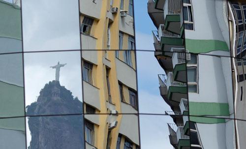 2011年2月25日,里约热内卢,一栋建筑玻璃幕墙反射出里约著名的基督救世主塑像。Ricardo Moraes/Reuters