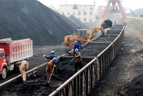 """每逢夏冬两季,""""跑煤""""就成为很多电厂的第一要务,有些电厂的管理人员几乎倾巢出动采购电煤。胡国林/CFP"""